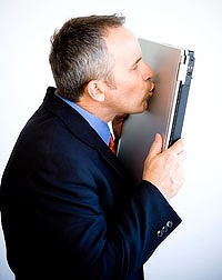 article200_man_kissing_laptop-200x0